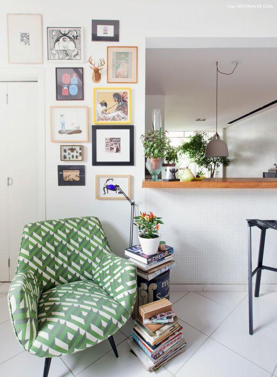 Poltrona estampada verde na sala de estar pequena