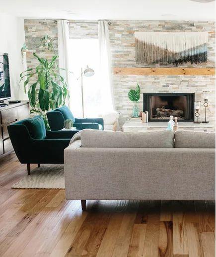 Poltronas verdes na sala de estar clássica
