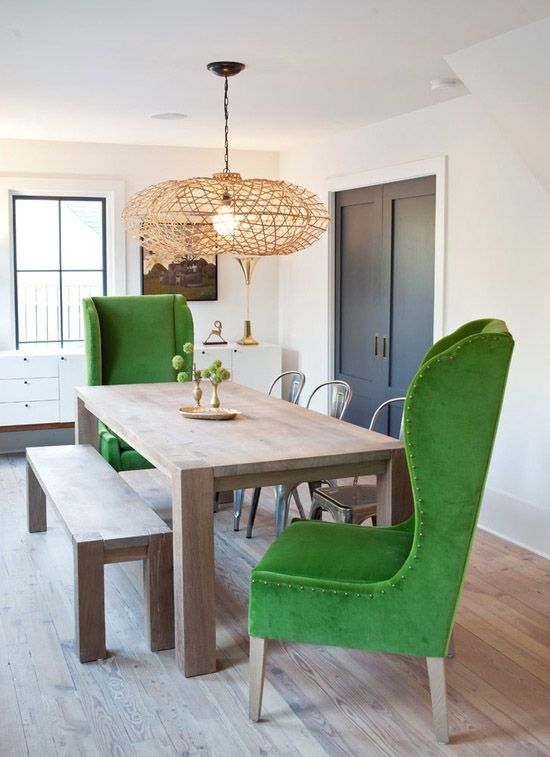 Mesa de jantar com poltronas verdes nas pontas