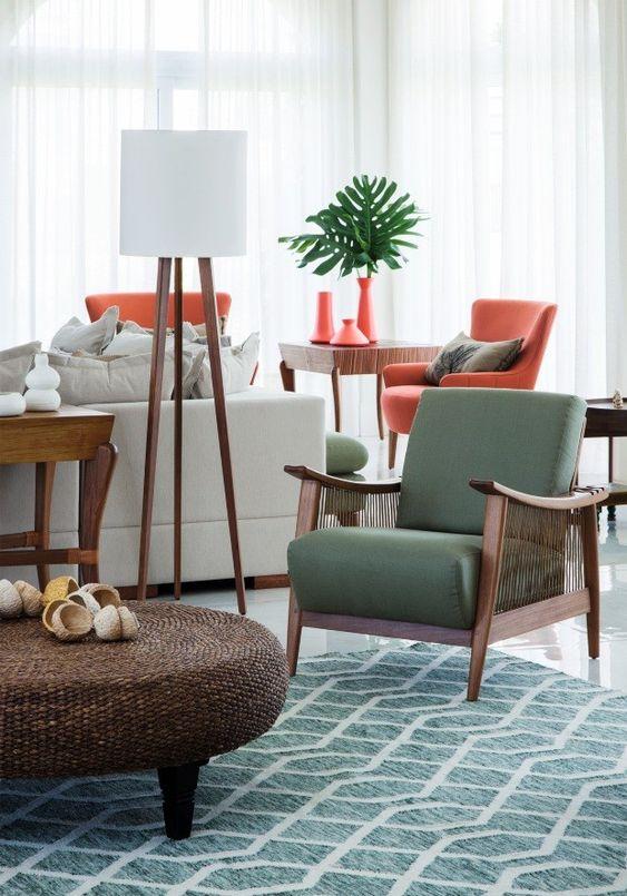 Sala com poltrona de madeira e estofado verde
