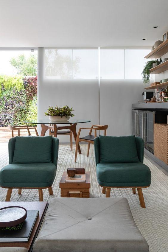 Conjunto de poltronas verdes na sala moderna