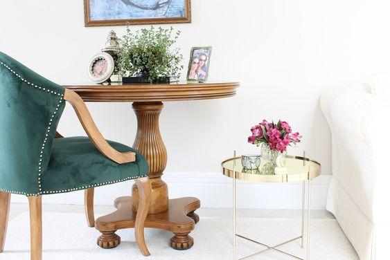 Sala de estar com poltrona verde