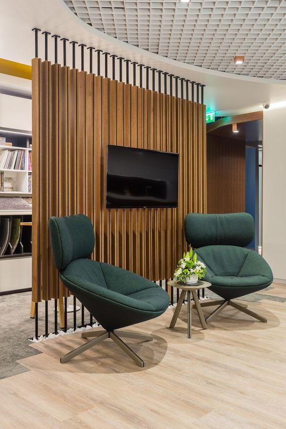 Sala de estar confortável com poltronas verdes