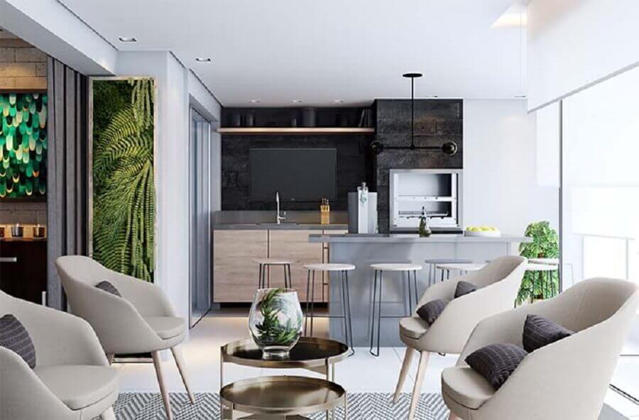 poltronas cinza para decoração de apartamento com varanda gourmet com churrasqueira  Foto Jeito de Casa