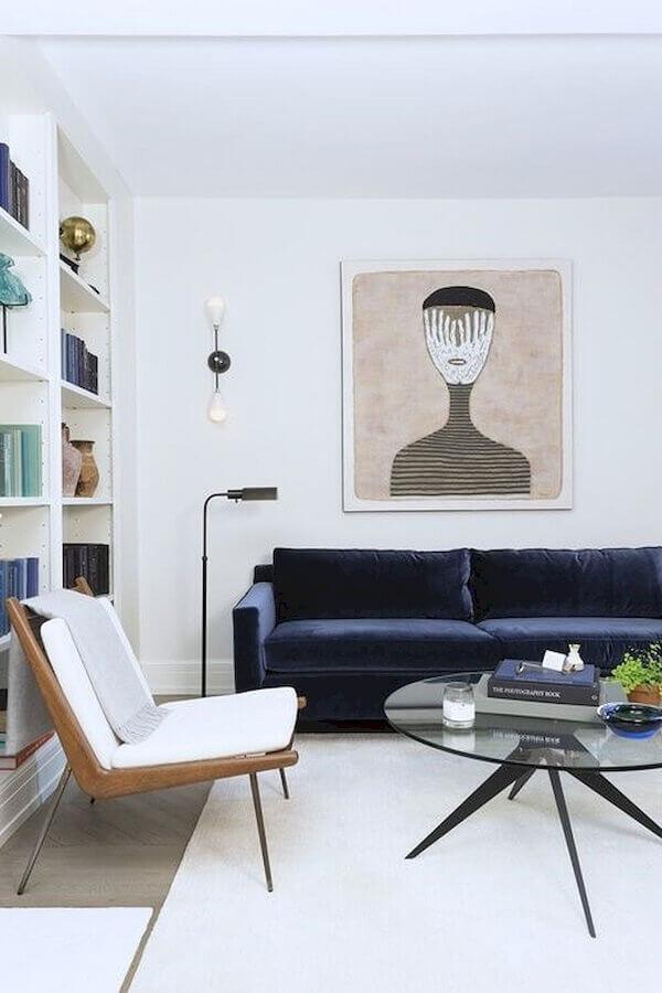 poltronas modernas para sala de estar branca decorada com sofá azul marinho Foto Simplichique