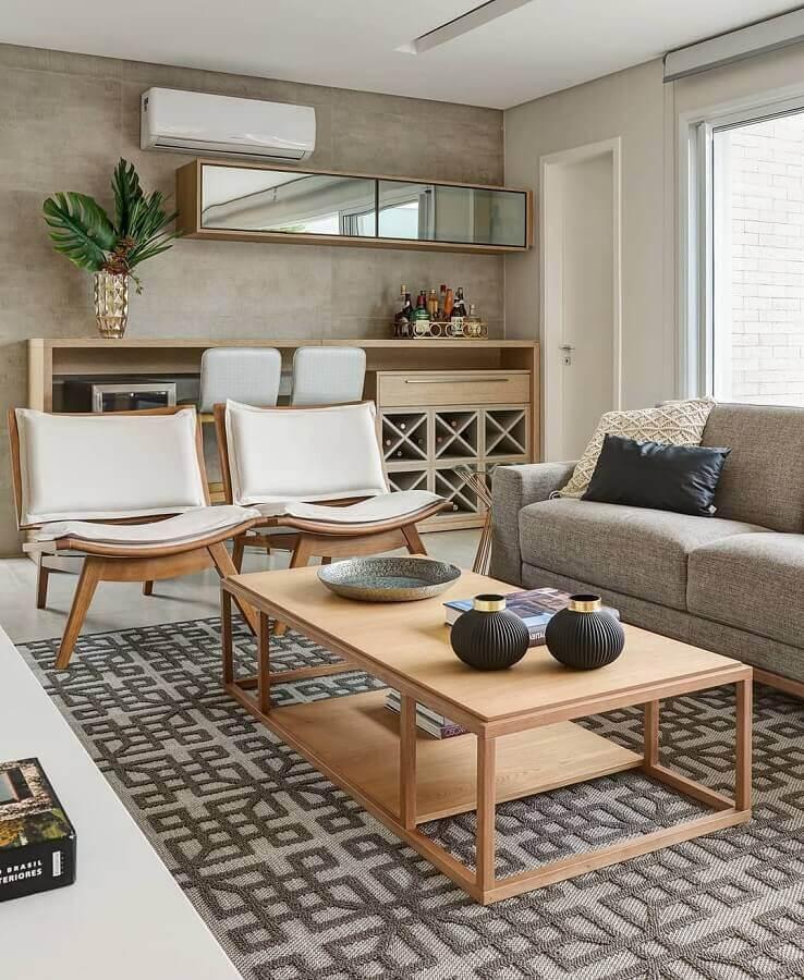 poltronas modernas para sala decorada com mesa de centro de madeira e sofá cinza Foto Casa de Valentina