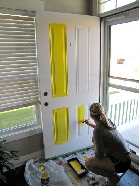 Porta para quarto amarelo e branco