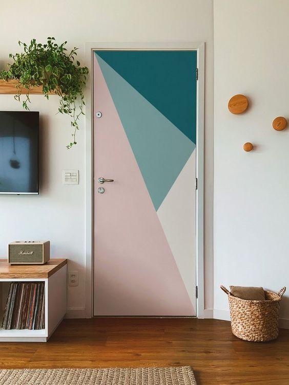 Porta para quarto com adesivo verde e rosa
