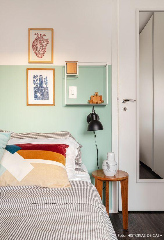 Quarto com porta de madeira e espelho