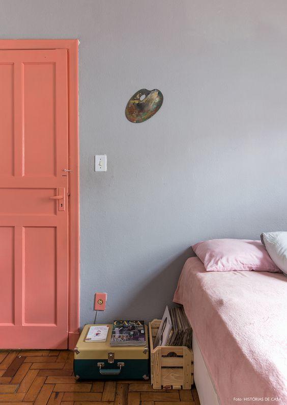 Porta para quarto rosa e cinza