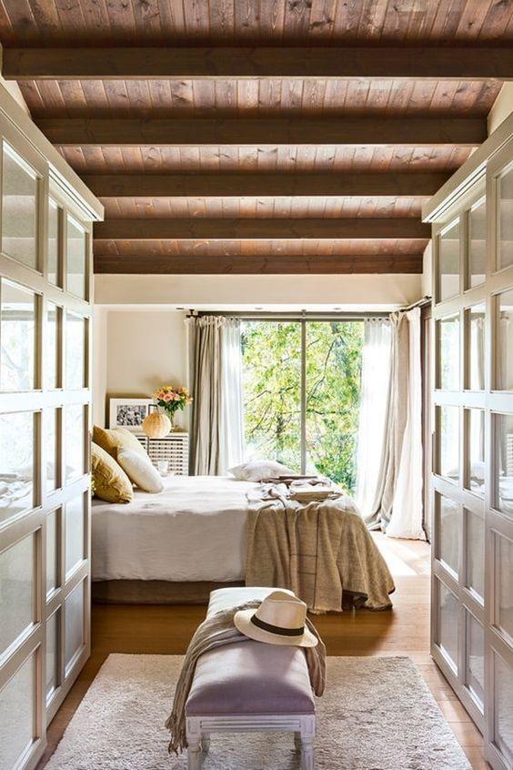 Porta para sacada de quarto arejado