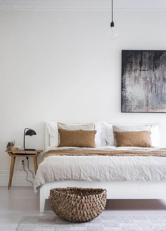 quadro abstrato e criado mudo madeira para quarto de casal minimalista Foto Coco Lapine Design