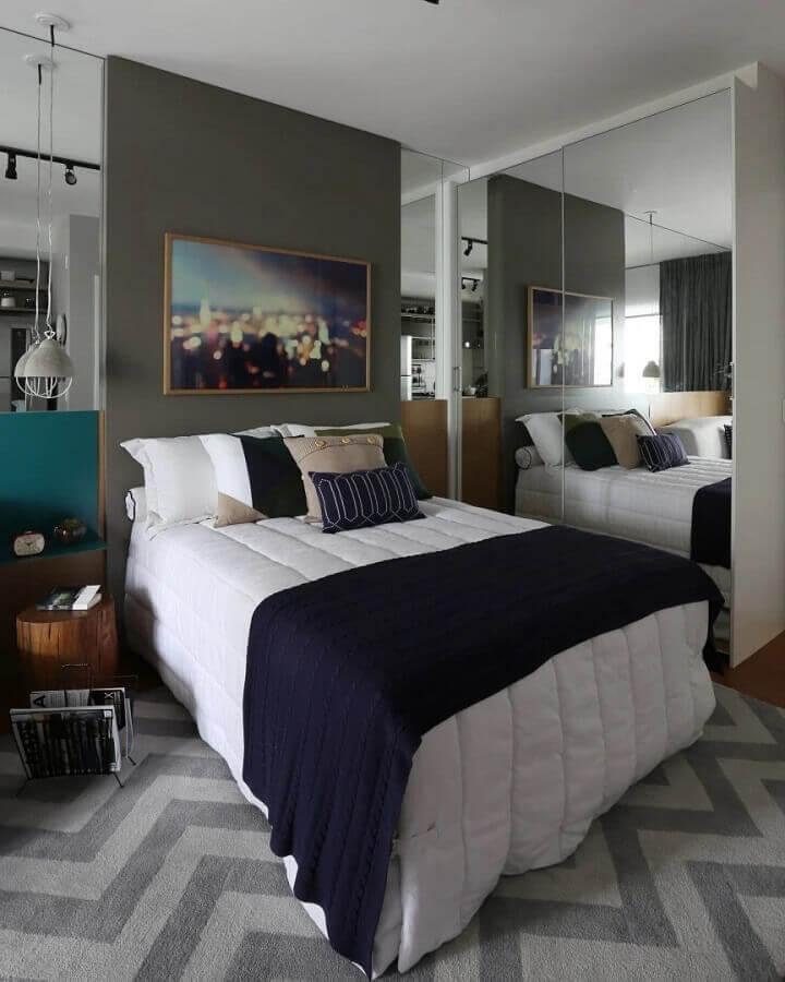 quadro para quarto masculino solteiro moderno decorado com guarda roupa espelhado  Foto Mandril Arquitetura e Design
