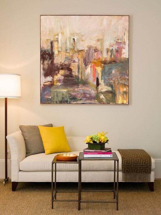 Quadros clássicos abstratos na sala de estar com divã
