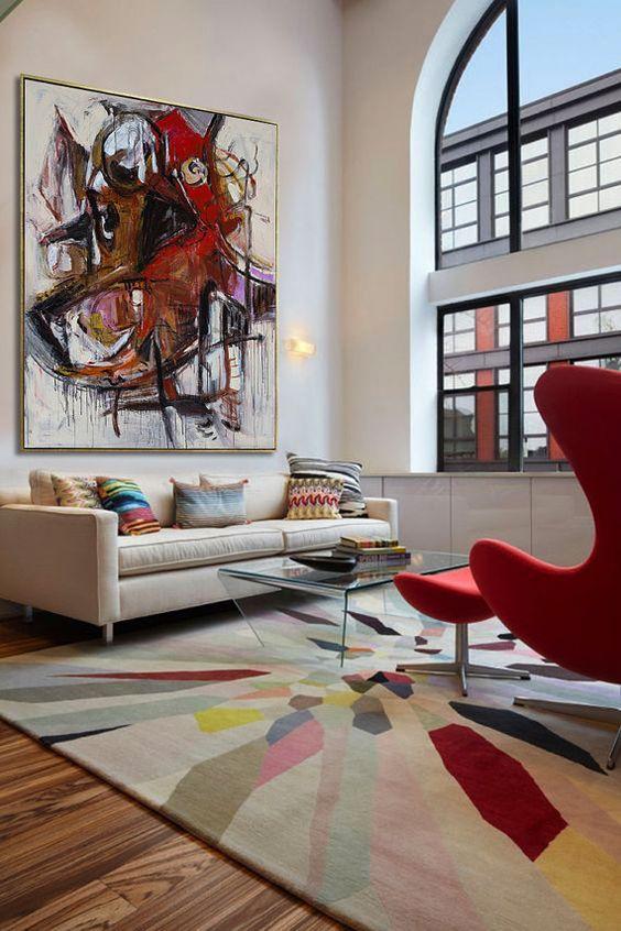 Quadros clássicos abstratos na sala de estar branca e vermelha