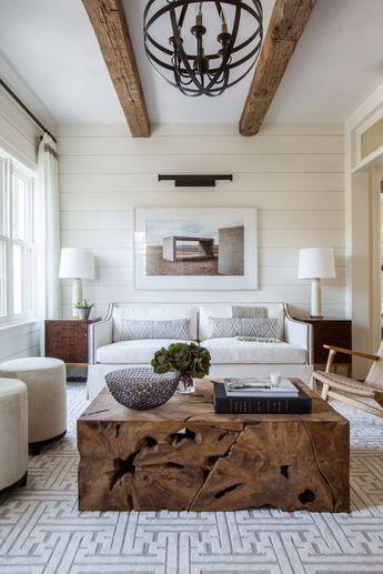 Quadros clássicos em tons neutros com móveis de madeira