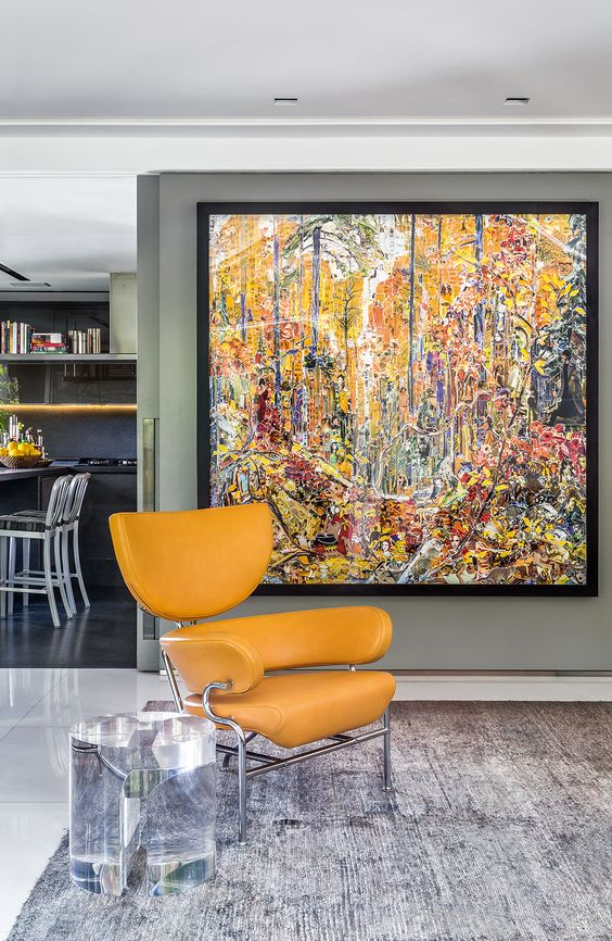 Quadros clássicos na sala de estar amarela