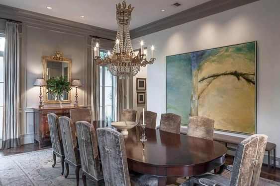 Quadros clássicos na sala de jantar