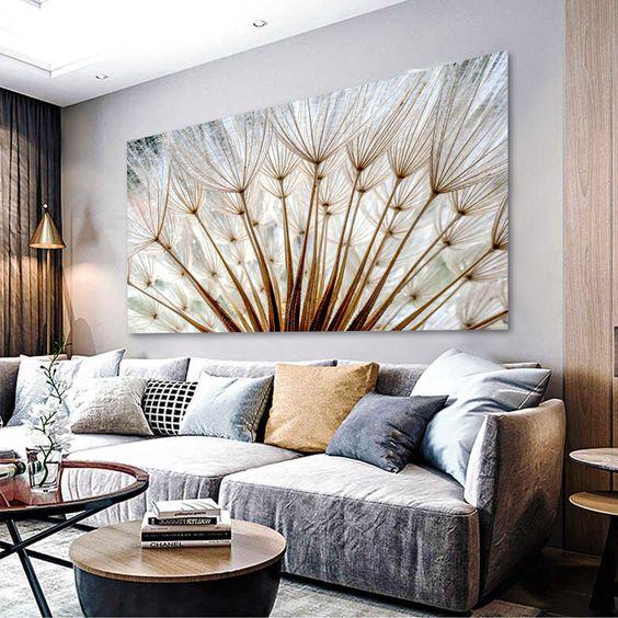 Sala de estar com quadros clássicos