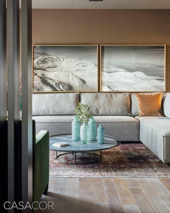 Quadros clássicos para sala de estar com sofá cinza elegante