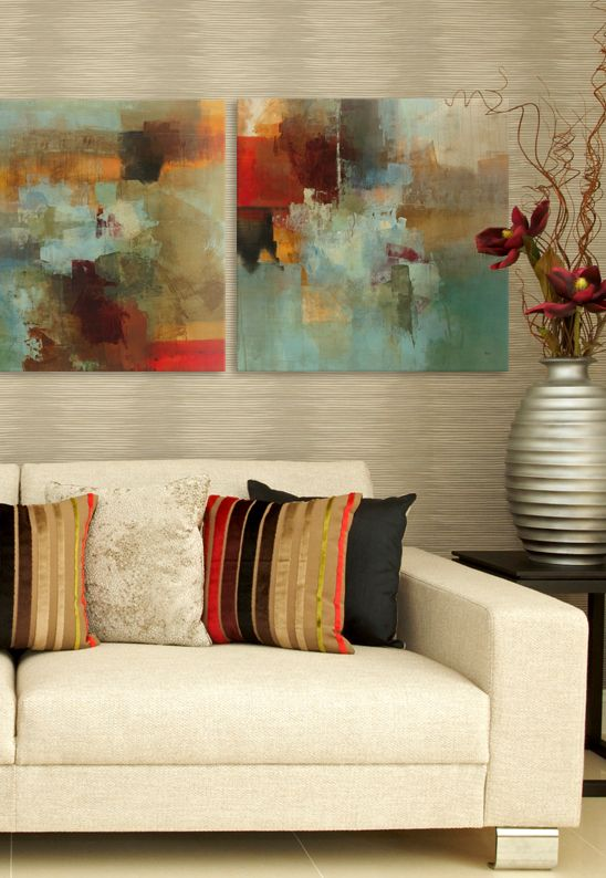 Quadros clássicos com sofá bege e tons azul e vermelho