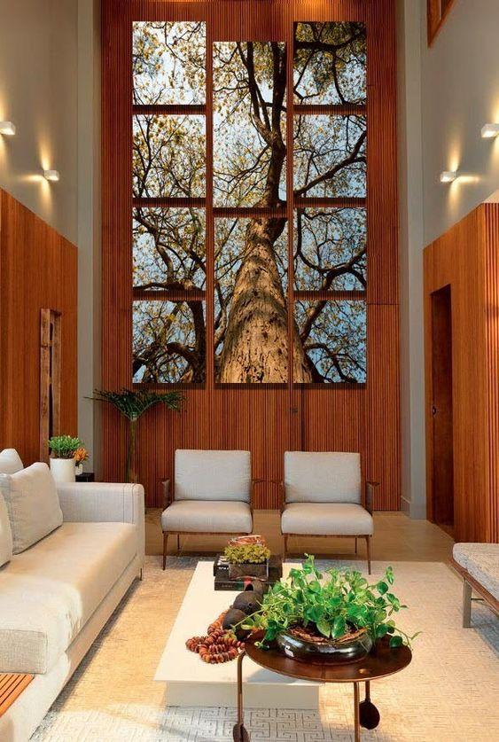 Sala de estar decorada com quadros clássicos