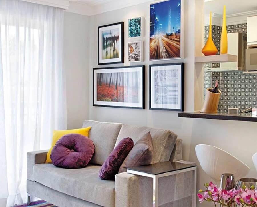 quadros e almofadas para decoração de sala com sofá 2 lugares pequeno Foto Jeito de Casa