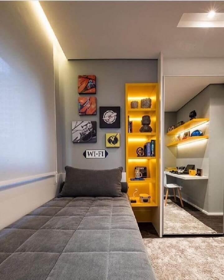 quadros para quarto juvenil masculino cinza com nichos amarelos  Foto Pinterest