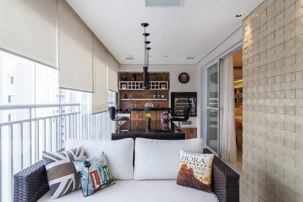 Quadros para varanda com sofá branco