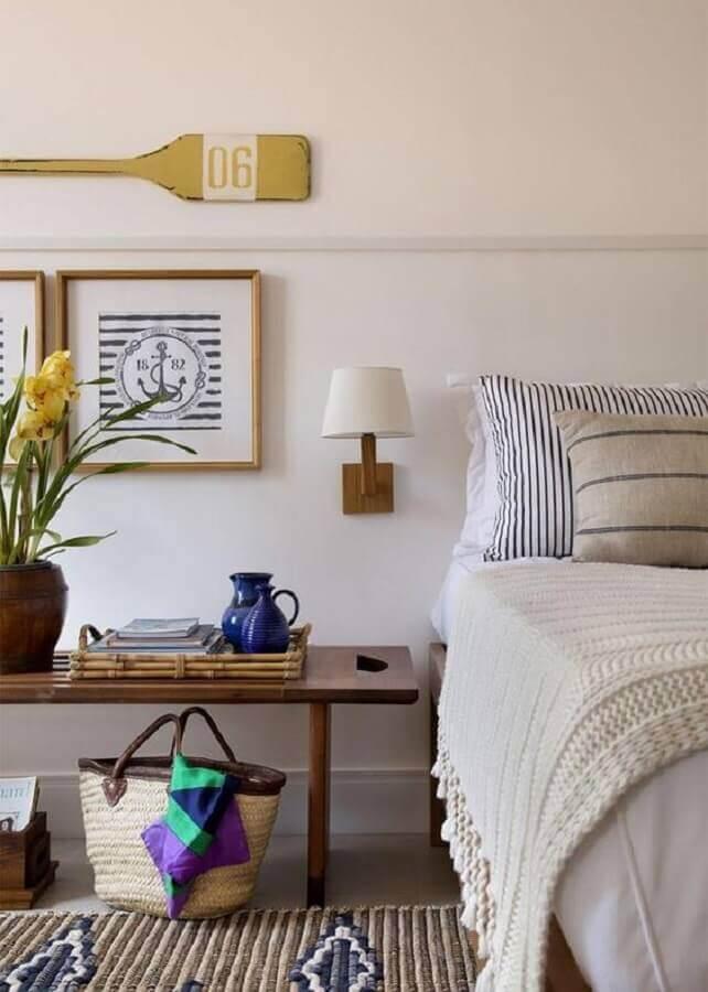 quarto branco com detalhes em madeira decorado com abajur de parede cabeceira Foto Theodora Home