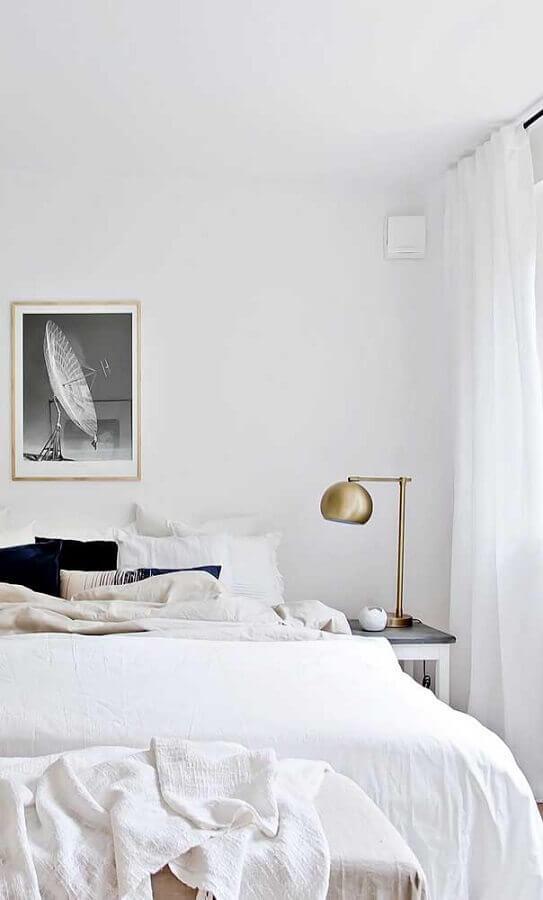quarto branco decorado com abajur de cabeceira pequeno cobre Foto Pinterest