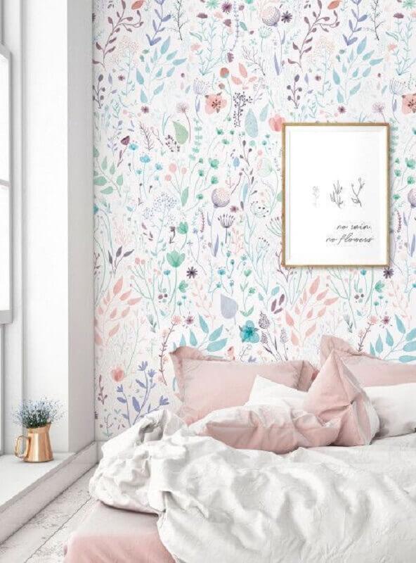 quarto branco decorado com papel de parede floral delicado com cores pastéis Foto Pinterest