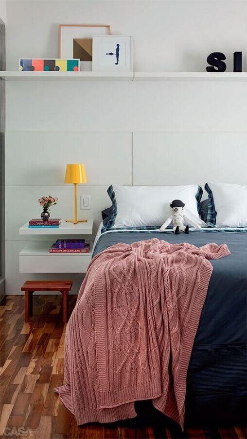 quarto branco jovem decorado com abajur de cabeceira pequeno Foto Pinterest
