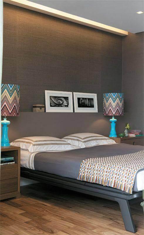 quarto cinza decorado com abajur de cabeceira colorido Foto Luanna Pimentel