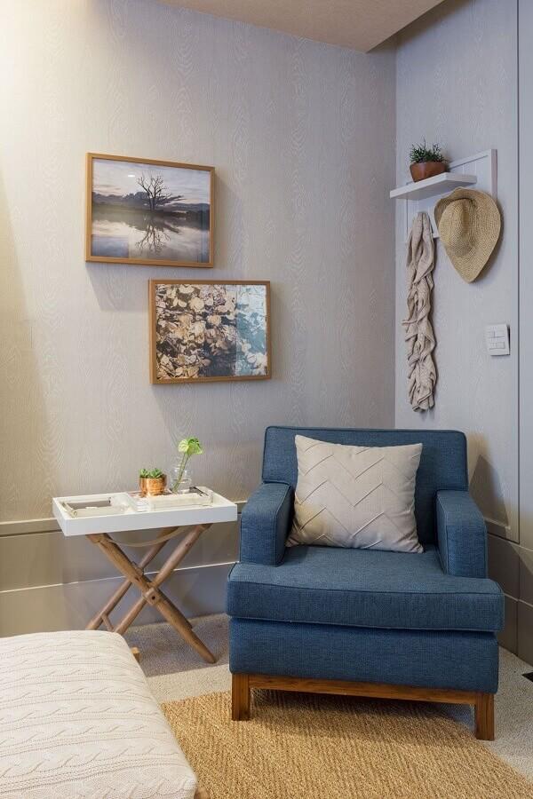 quarto cinza decorado com poltrona azul confortável  Foto Quartos Etc