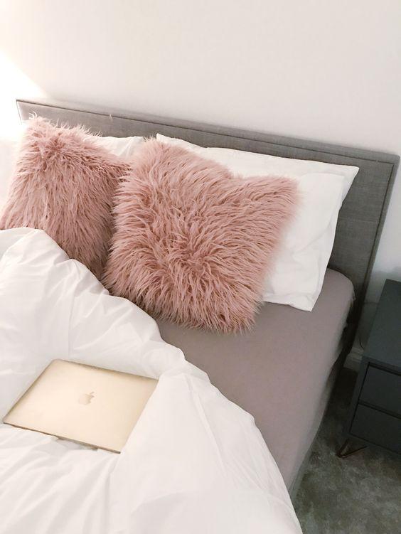 Almofada de pelo rosa com cama cinza