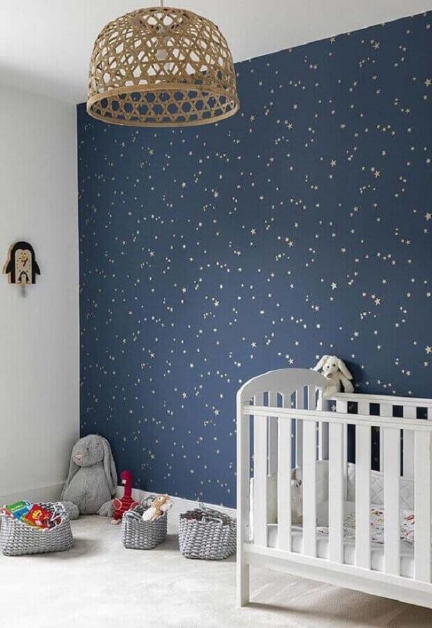 quarto de bebê decorado com papel de parede delicado azul marinho com estampa de estrelinhas douradas Foto Simples Decoração