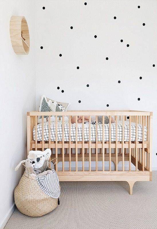 quarto de bebê minimalista decorado com bolinhas pretas na parede Foto Pinterest