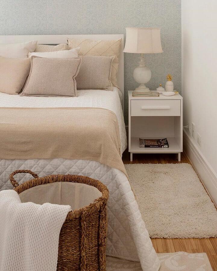 quarto de casal decorado com tapete bege claro e criado mudo branco Foto Studio Deux