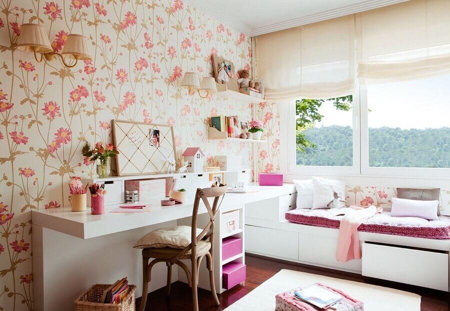 quarto de menina decorado com papel de parede floral delicado Foto El Mueble