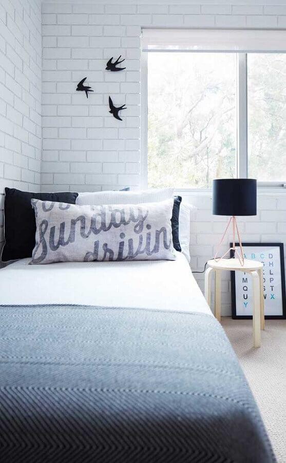 quarto de solteiro simples decorado com abajur para mesa de cabeceira Foto Pinterest