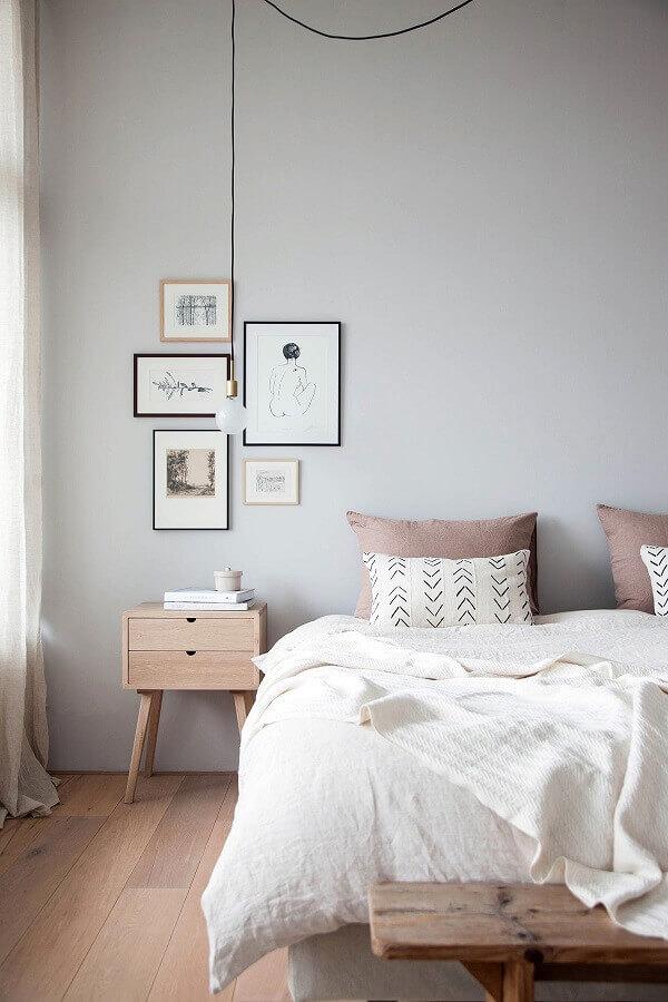 quarto decoração minimalista com criado mudo retrô madeira e luminária pendente Foto Pinterest