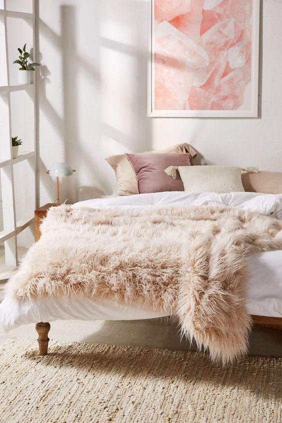 Quarto decorado com almofada rosa antigo