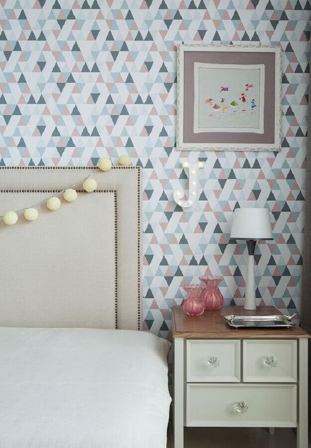 quarto decorado com cabeceira estofada e papel de parede delicado com estampa geométrica Foto Casa de Valentina
