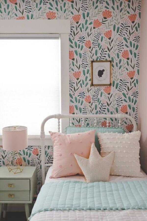 quarto decorado com cama de ferro branca e papel de parede delicado feminino Foto Etsy