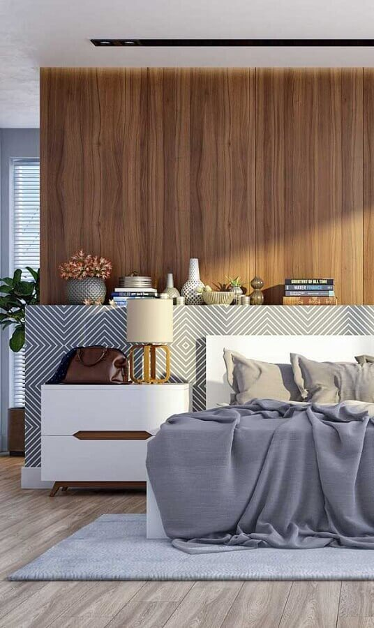 quarto grande decorado com abajur de cabeceira moderno Foto Archzine
