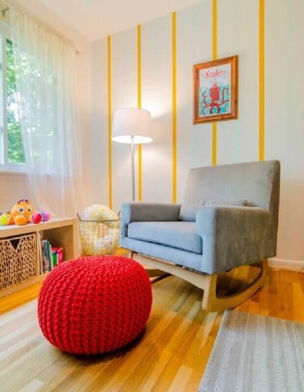 quarto infantil decorado com papel de parede listrado e poltrona moderna e confortável de balanço Foto Home Fashion Trend