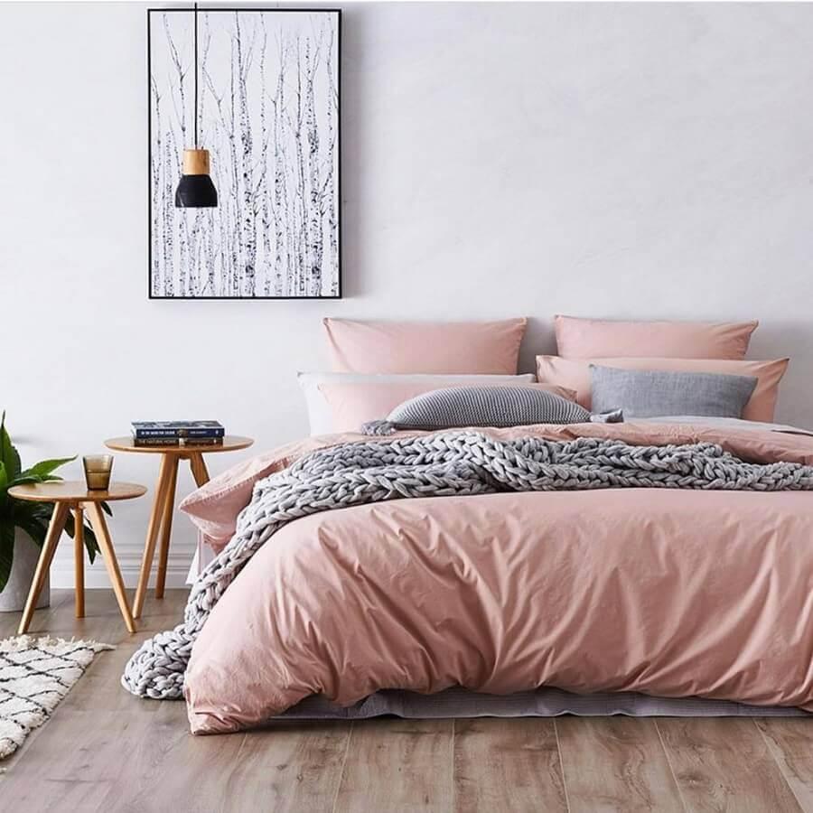 quarto minimalista feminino branco e rosa com mesa lateral redonda Foto We Heart It