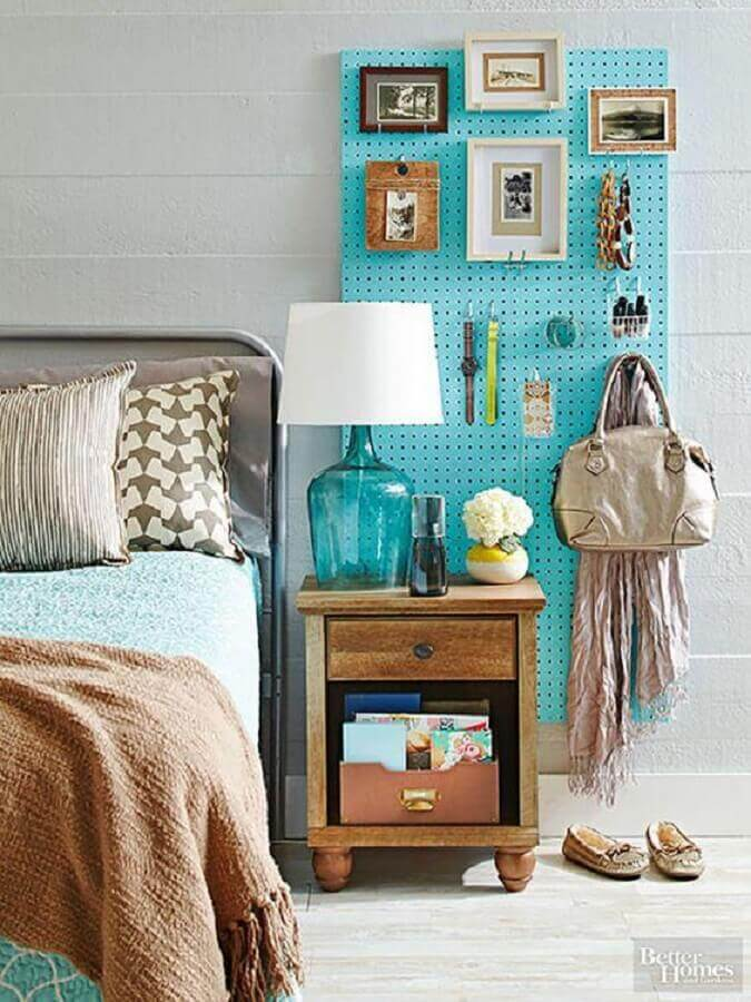 quarto simples decorado com abajur de cabeceira com base de vidro azul Foto Pinterest