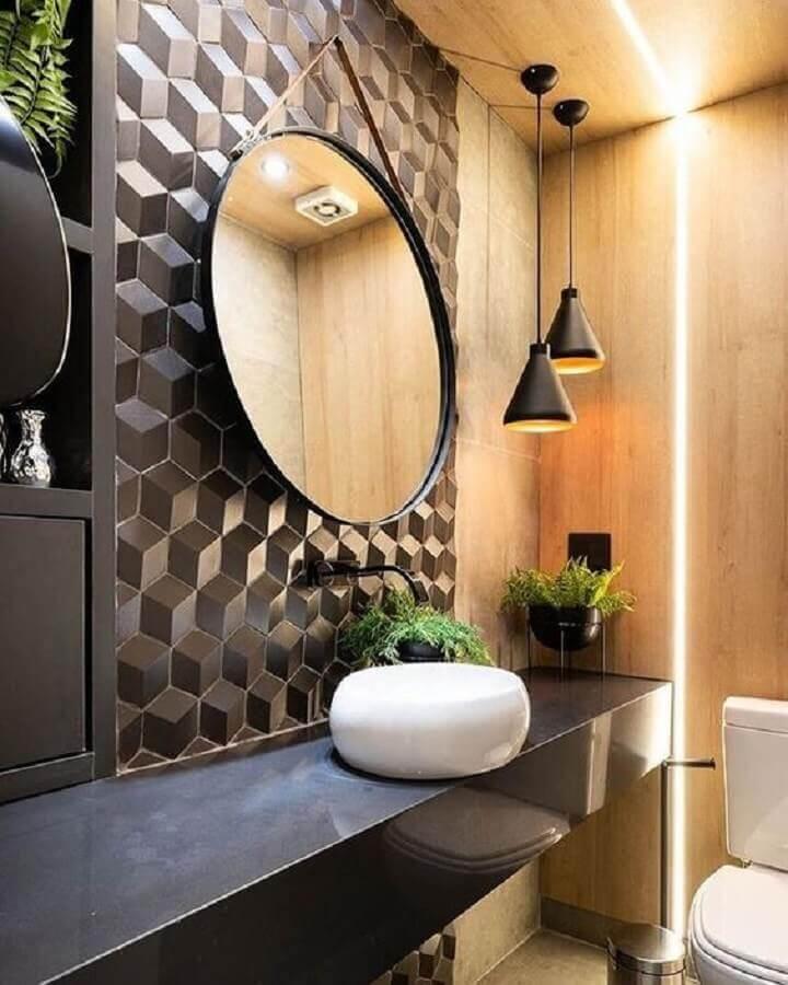 revestimento 3D e luminária pendente para banheiro moderno preto e madeira Foto Decortiles